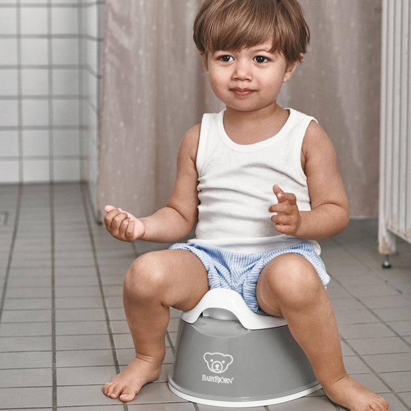 В каком возрасте ребенка приучать к горшку?